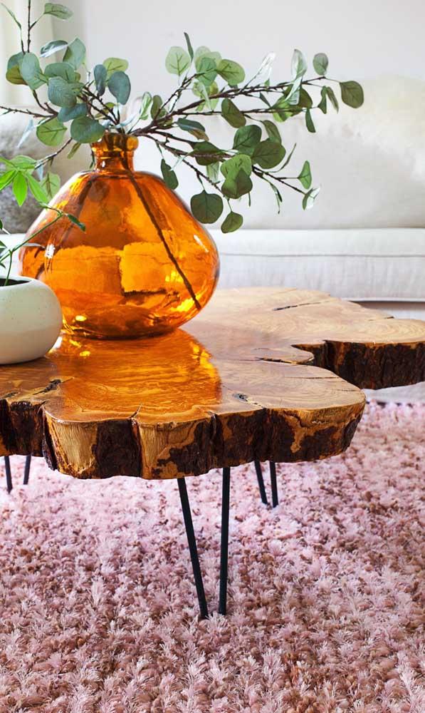 As hairpin legs garantem o toque de modernidade a mesa de centro em madeira de demolição