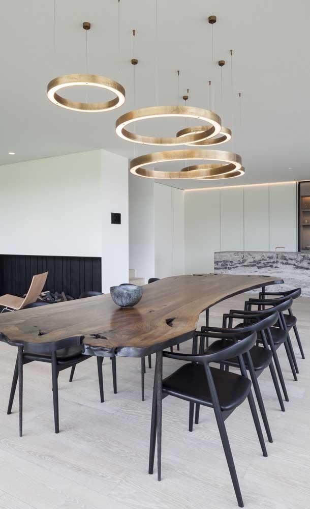 Para garantir um toque de elegância para sua mesa de madeira de demolição, invista em cadeiras modernas e uma luminária de tirar o fôlego