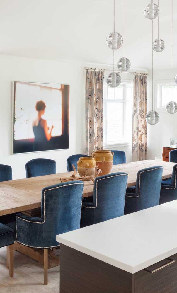 A mesa de madeira de demolição retangular otimiza o espaço da sala de jantar