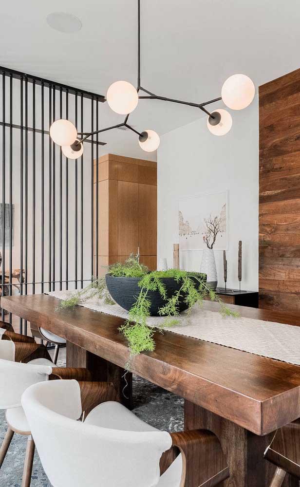 Uma planta para alegrar a mesa de madeira de demolição
