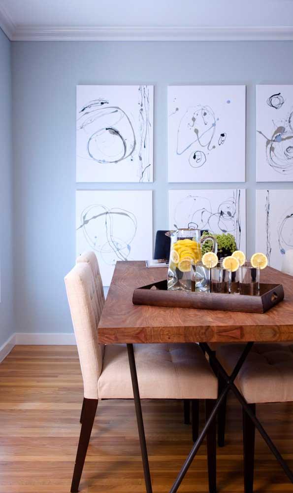 Mesa de madeira de demolição de quatro lugares: perfeita para espaços pequenos