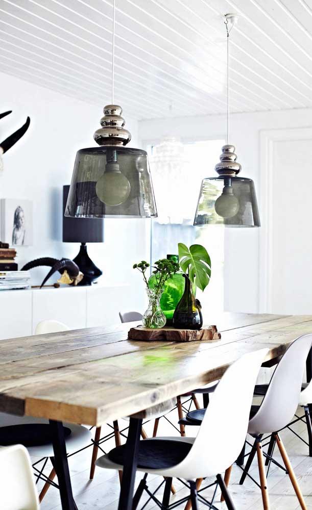 As tábuas garantem a rusticidade da mesa de madeira de demolição