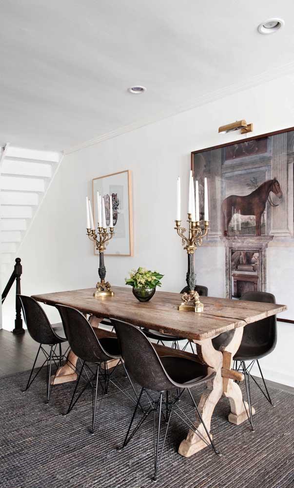 Cheia de personalidade, essa sala com mesa de madeira de demolição deixa qualquer um boquiaberto