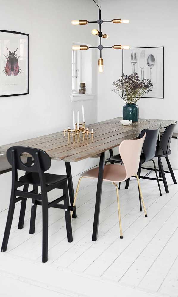 Candelabro e vasos para decorar a mesa de madeira de demolição