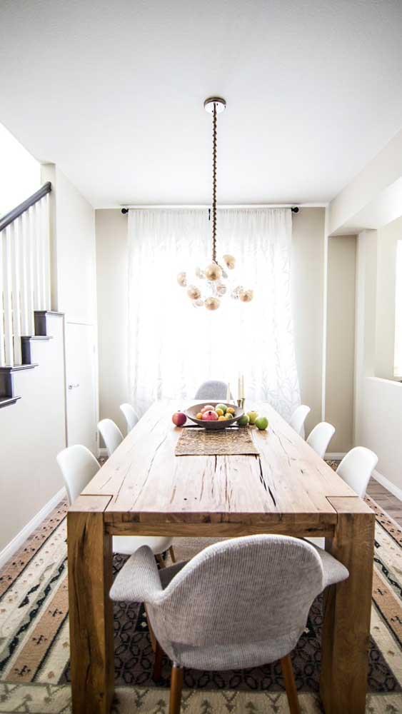 Um belo tapete também valoriza a mesa de madeira de demolição