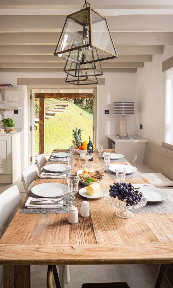 Mesa de madeira de demolição preparada para um jantar elegante