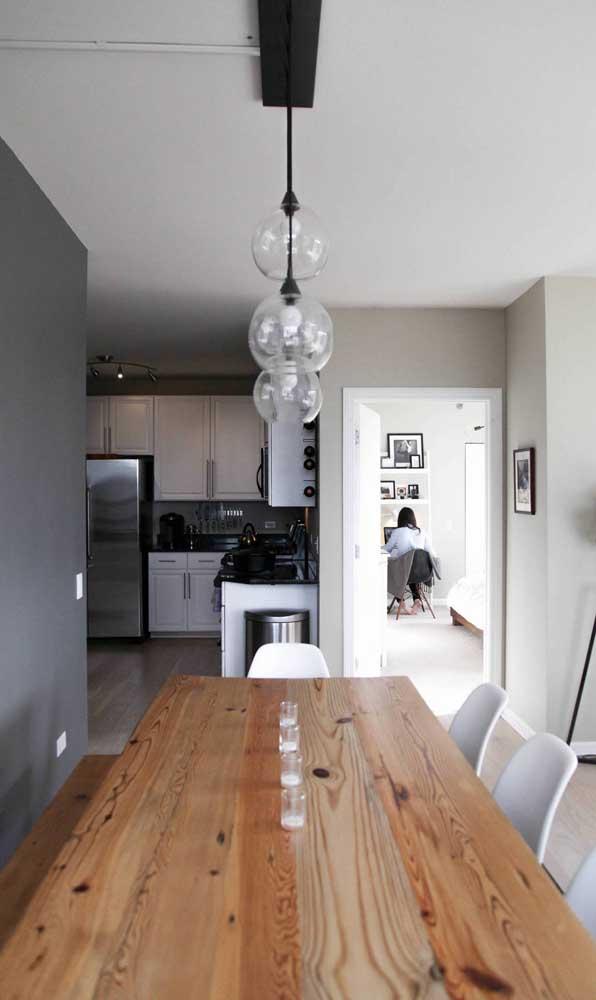 A mesa de madeira de demolição harmoniza lindamente com cores neutras, especialmente o branco e o preto