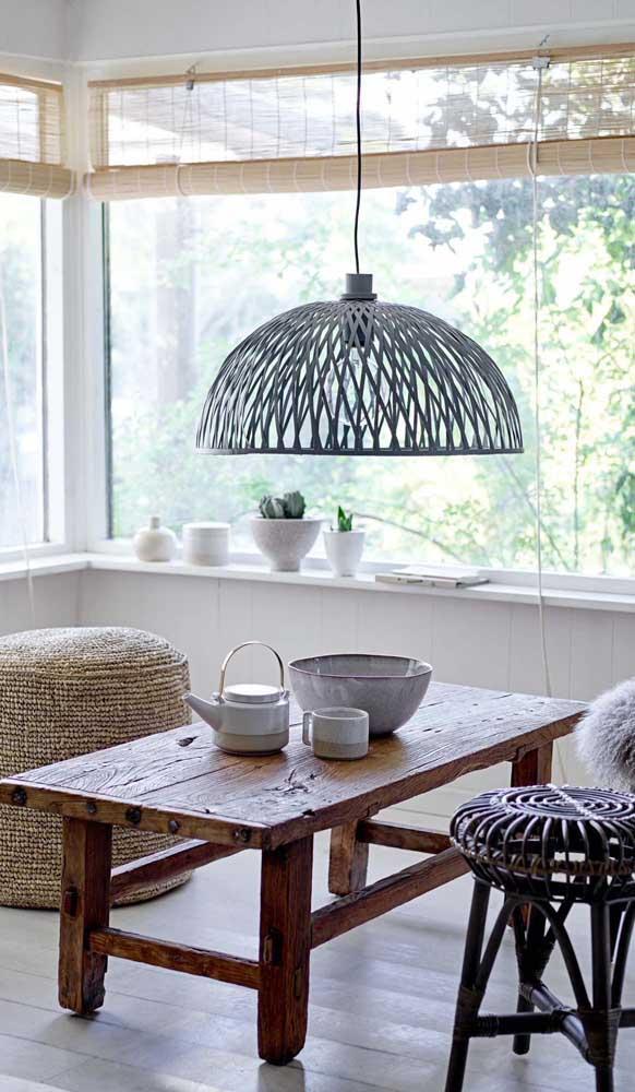 Um cantinho despretensioso da casa revela um belo exemplar de mesa de madeira de demolição