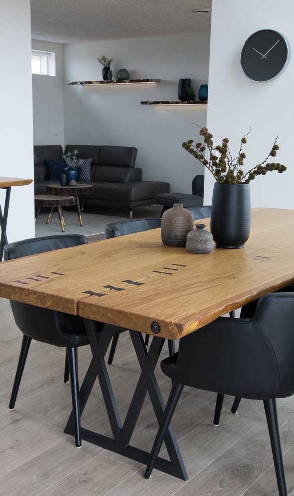A base metálica preta é o charme dessa mesa de madeira de demolição