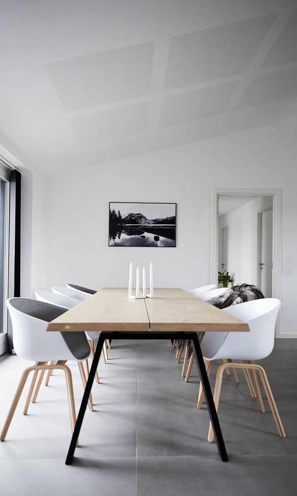 Com acabamento mais delicado, essa mesa de madeira de demolição deixa o visual rústico pra trás
