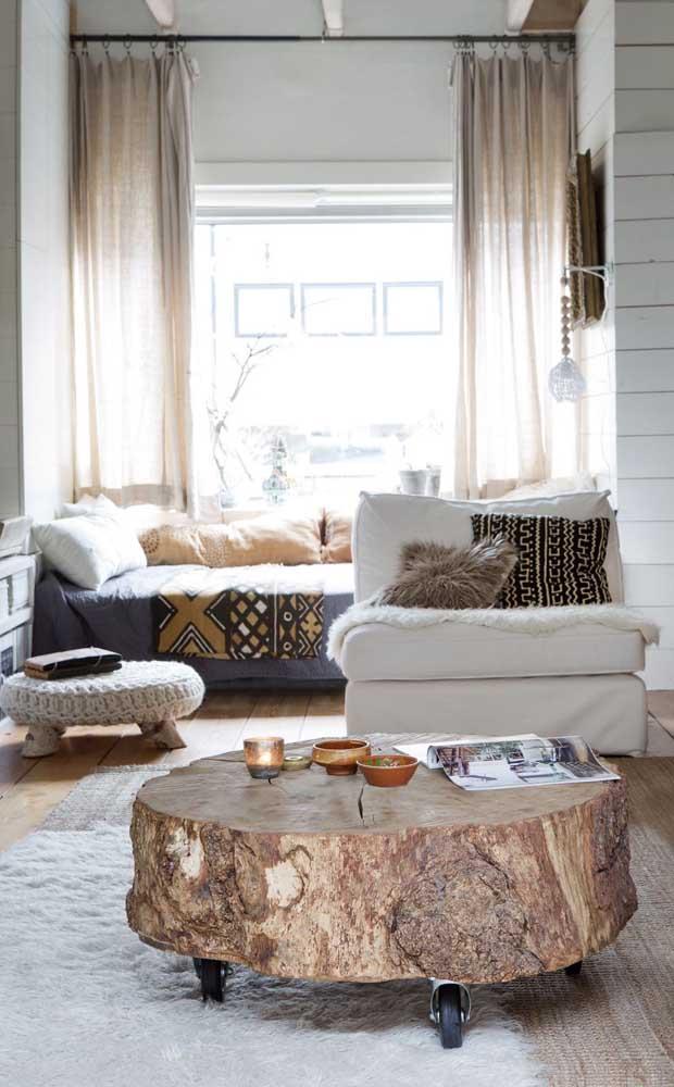 Mesa de centro feita com madeira de demolição