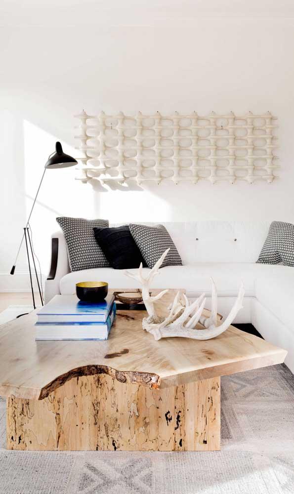 Essa sala de estar demonstra com perfeição como a mesa de madeira de demolição se destaca no ambiente