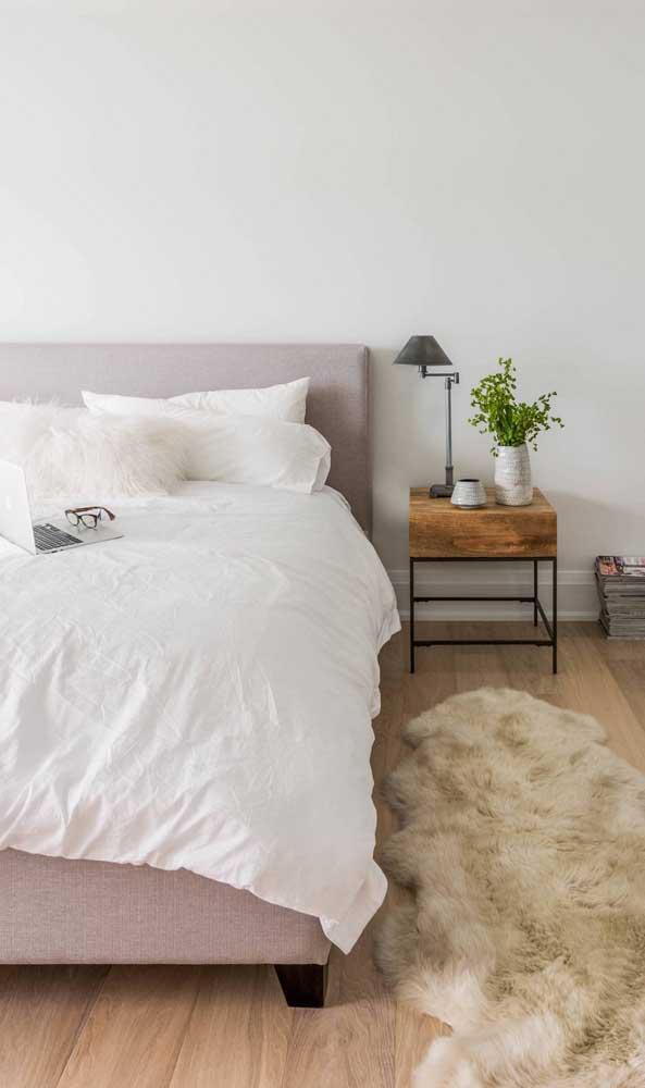 A madeira de demolição também tem espaço ao lado da cama