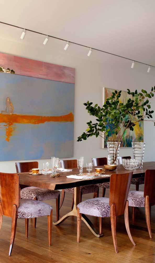 Obras de arte completam esse belo cenário protagonizado pela mesa de madeira de demolição