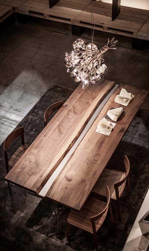 Mesa de madeira de demolição também é sinônimo de acolhimento e conforto visual