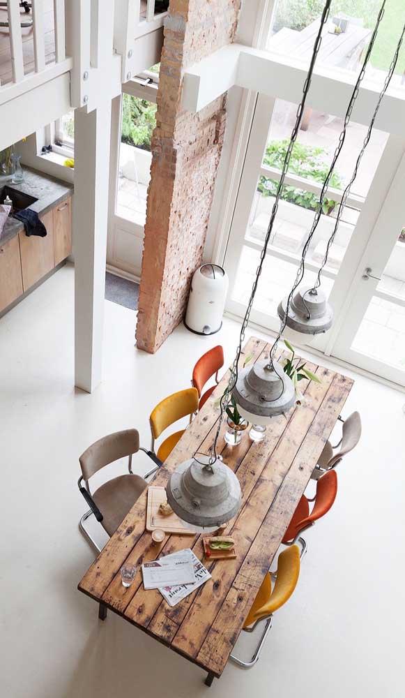 Cadeiras coloridas para a mesa de madeira de demolição