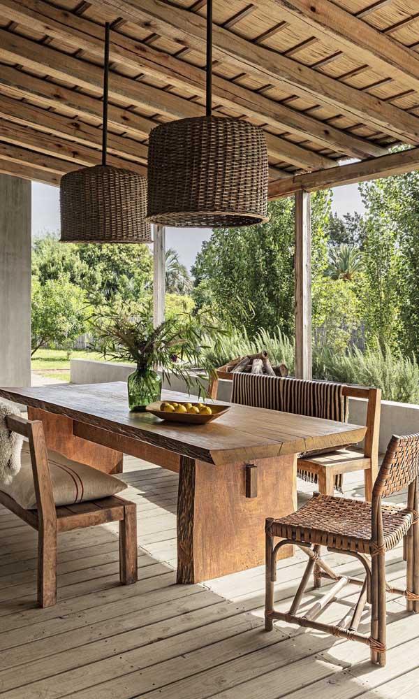 Feita uma para outra: varanda e mesa de madeira de demolição