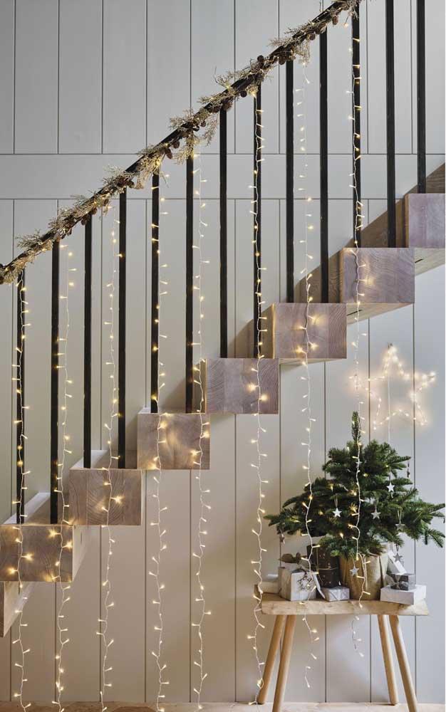 Ilumine sua escada com luzes de natal em cascata