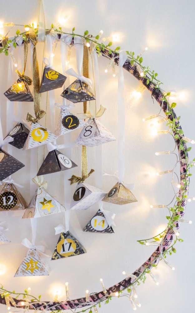 Uma guirlanda com luzes de natal para decorar a parede de casa