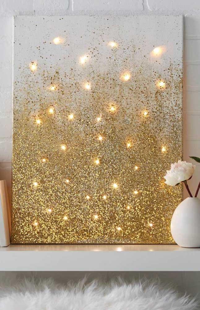 Ideia criativa: luzes de natal acesas atrás do quadro