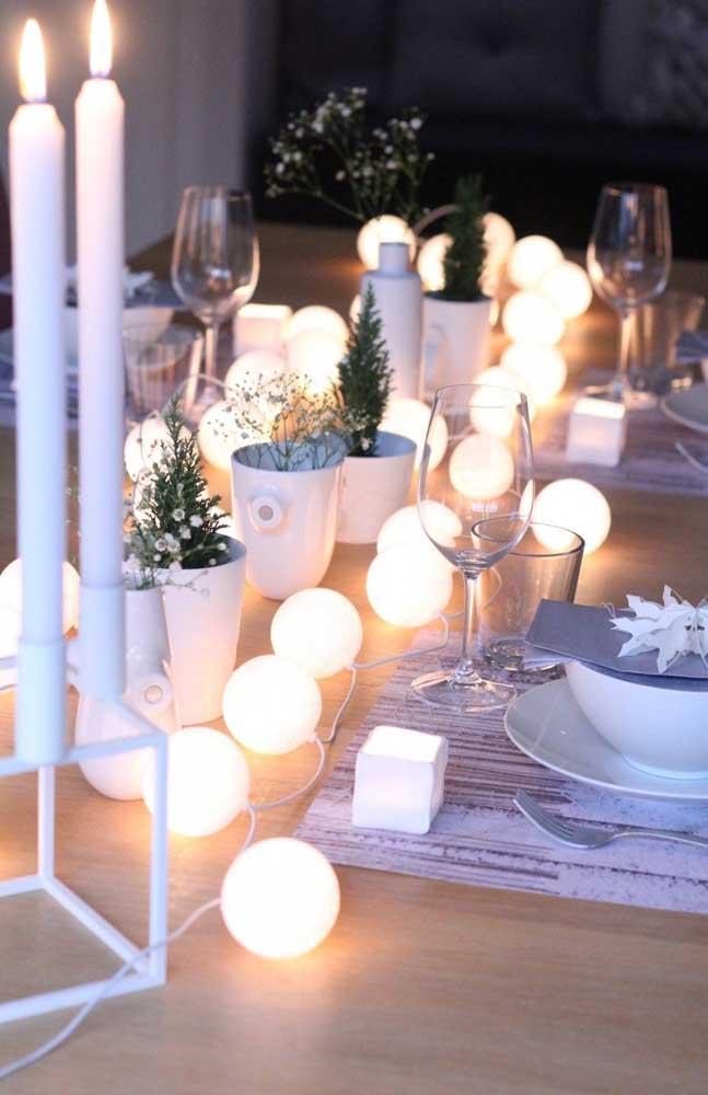 No Natal, o varal de lâmpadas da sua varanda pode servir para decorar a mesa