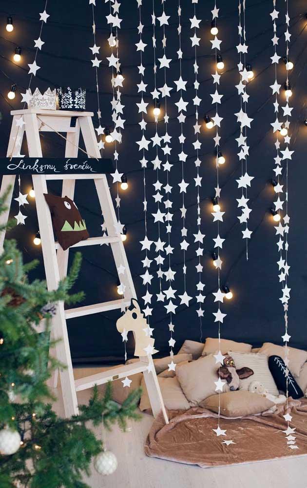 A parede azul petróleo valoriza as luzes brancas de natal
