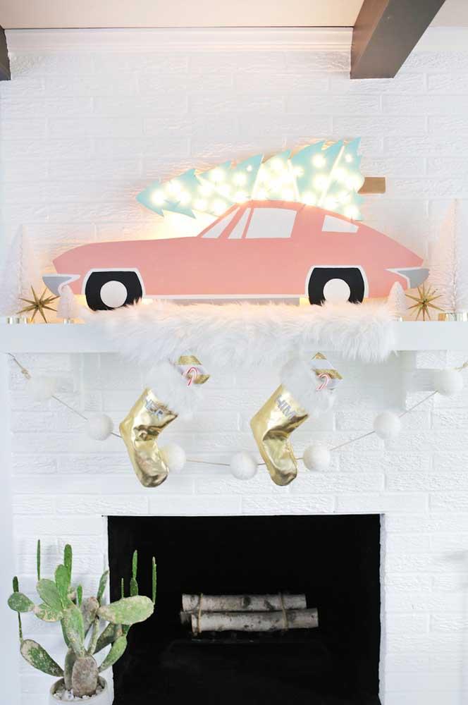 A típica decoração com luzes de natal na lareira