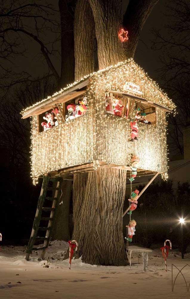 Essa casa na árvore toda iluminada é um sonho para crianças e adultos