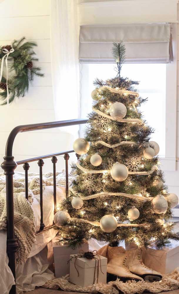 Decoração de natal com luzes brancas, combinando com os enfeites da árvore