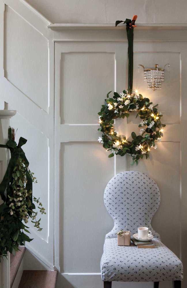 """Uma guirlanda com luzes de natal para """"aquecer"""" a decoração da casa"""