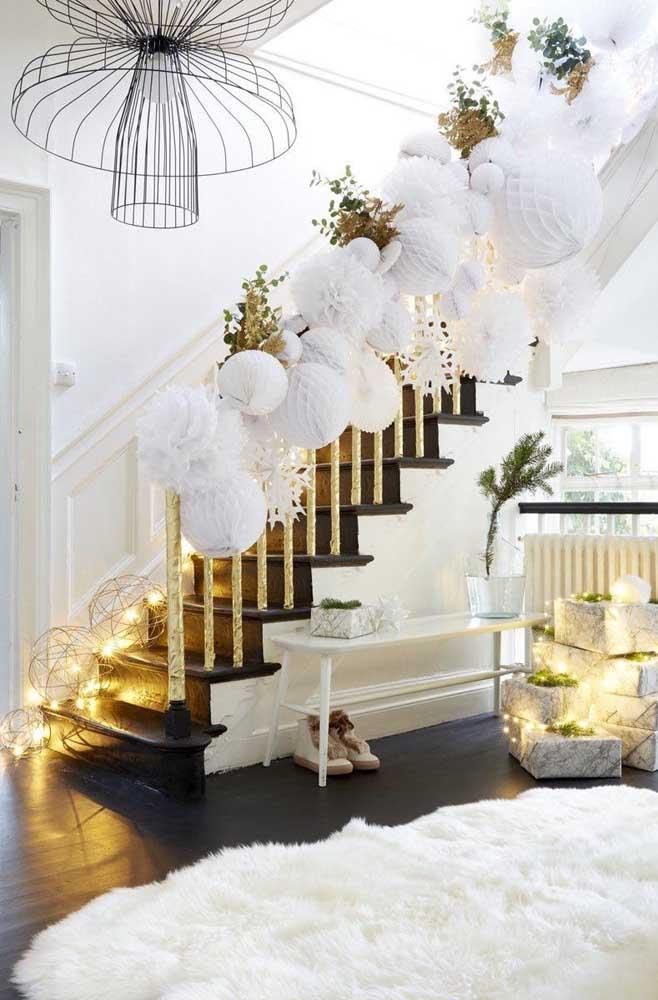 Luzes de natal brancas para o corredor e os presentes