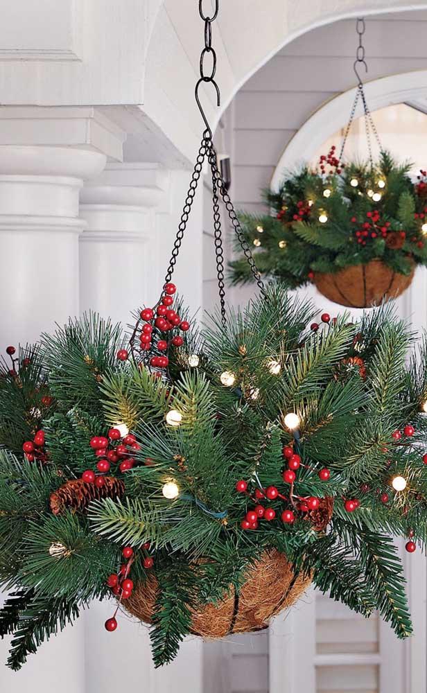 Até os vasos da casa entram na decoração luminosa de natal