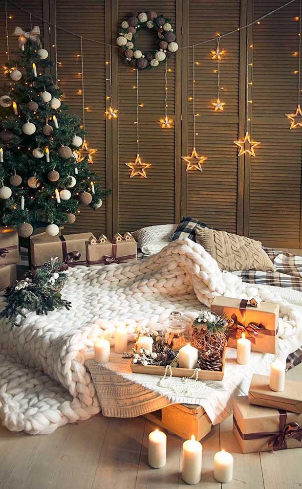 Esse quarto conseguiu ficar ainda mais aconchegante com a cortina de luzes de natal