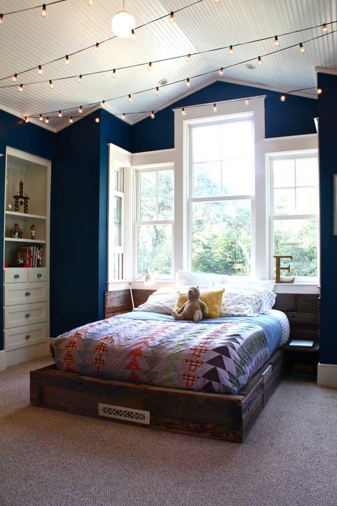 O quarto juvenil aproveitou as luzes de natal para fazer um varal de lâmpadas