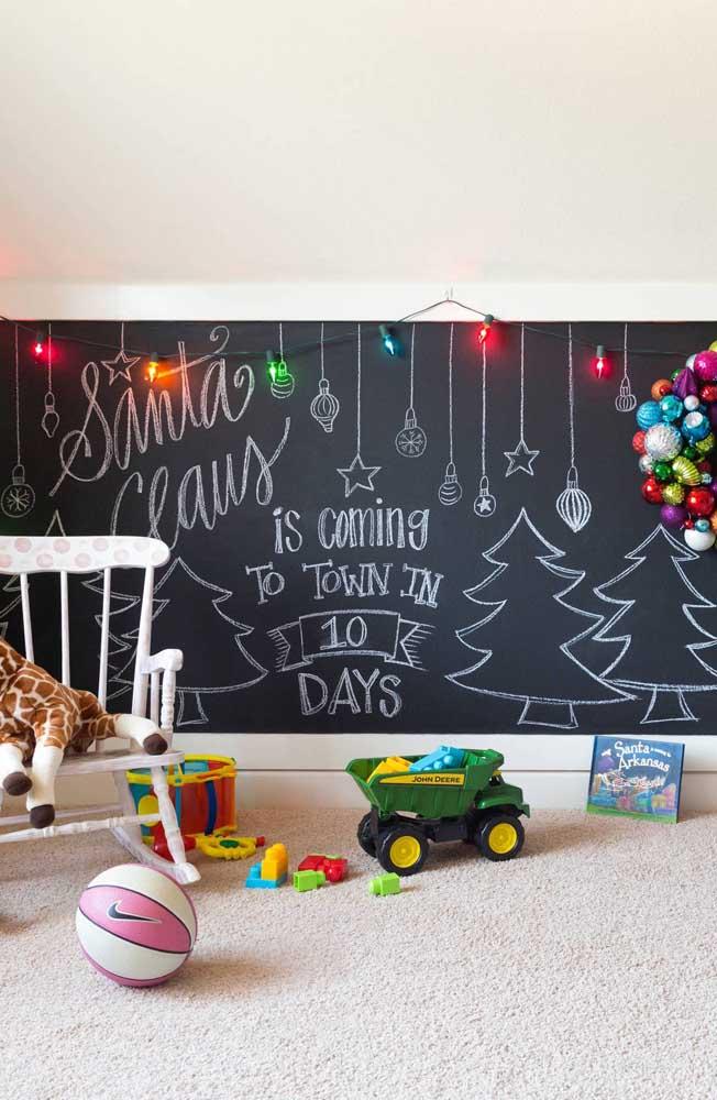 Já no quarto infantil são as luzes de natal coloridas que ganham espaço