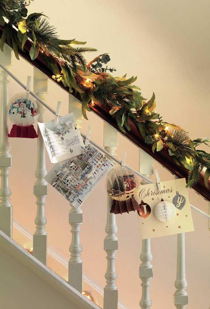 Luzes de natal percorrendo o corrimão da escada
