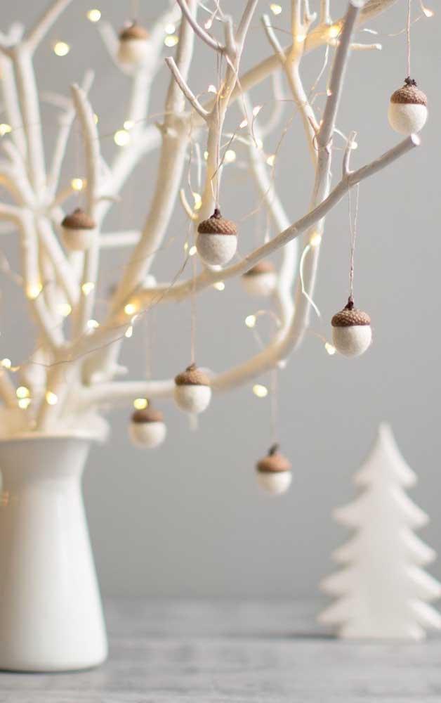 E o que acha de montar uma árvore de natal com galhos secos e decorá-la com luzes?
