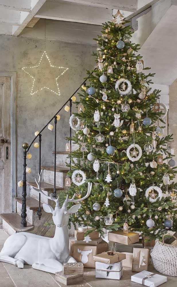 A estrela desenhada na parede com as luzes de natal reforça a decoração