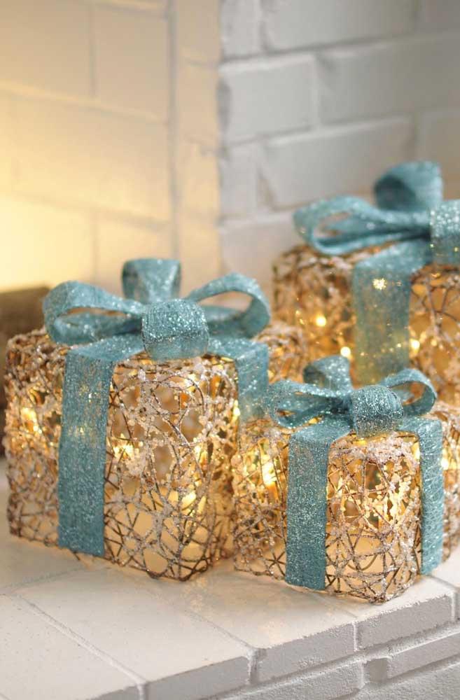 Presentes decorativos enfeitados com luzes de natal