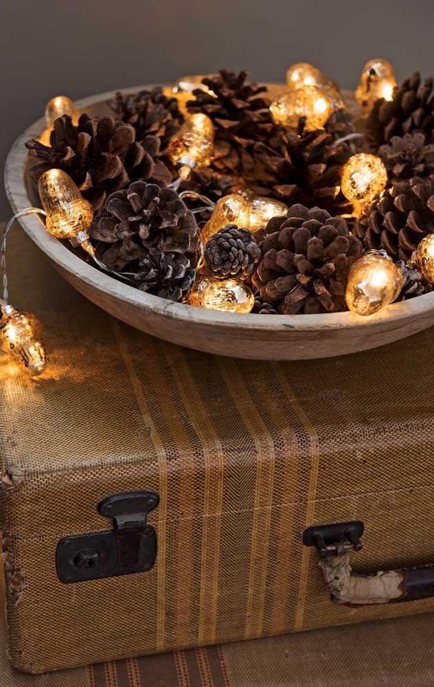 Bandeja de pinhas e luzes: decore a casa antes, durante e depois do natal