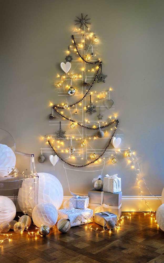 Árvore de natal de parede desenhada com as luzes do pisca pisca