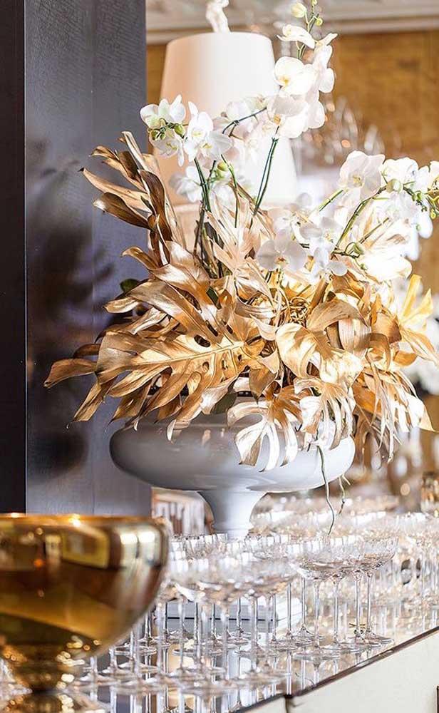 Arranjo dourado para a mesa dos convidados