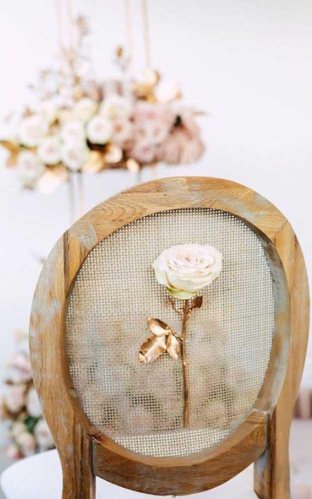 Detalhes singelos e românticos na decoração de bodas de ouro