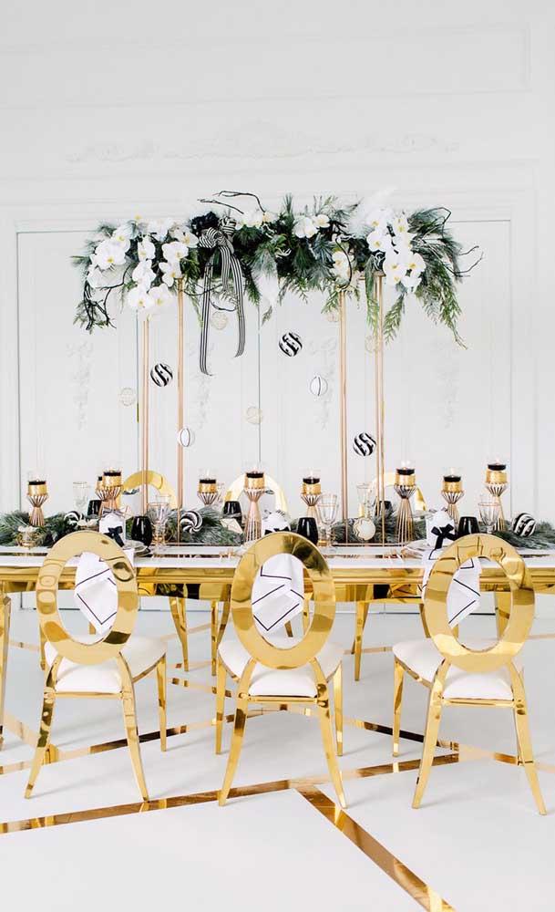 O branco e o dourado entram com força total nessa decoração