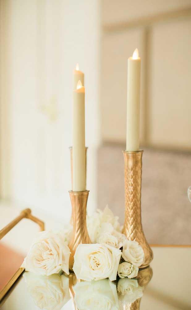 Castiçais dourados para celebração das bodas de ouro