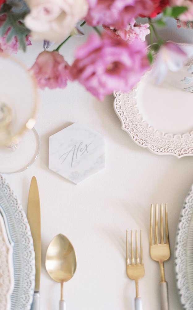 Plaquinhas de mármore trazem o nome de cada convidado