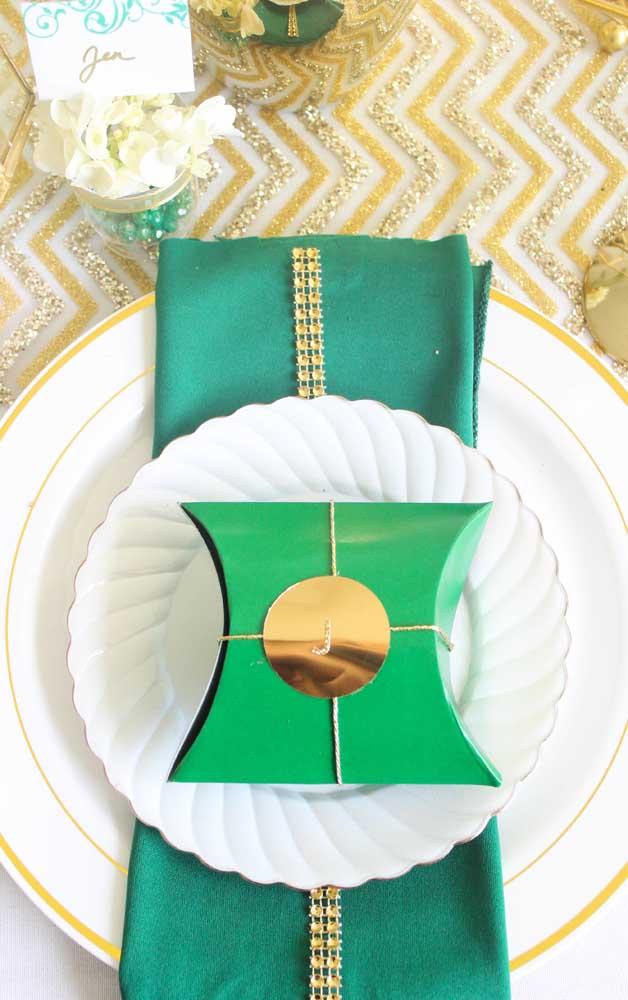 Que tal surpreender a todos com um toque de verde em meio ao tradicional dourado?