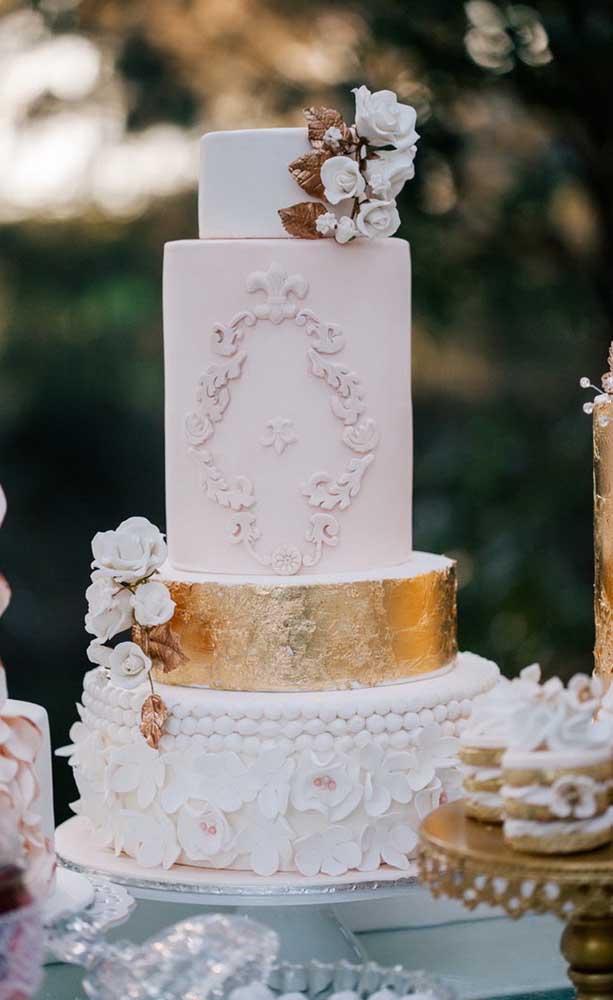 Bolo de bodas de ouro nas tradicionais cores de branco e dourado