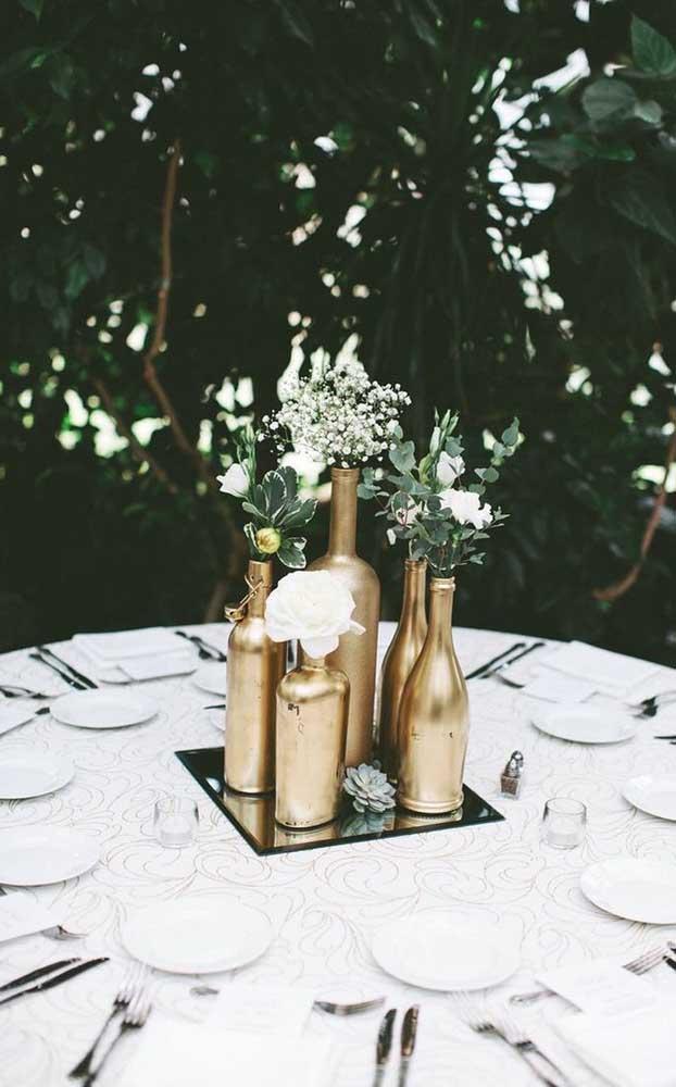 Decoração DIY para a festa de bodas de ouro: garrafas pintadas de dourado