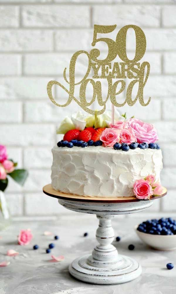 Linda sugestão de bolo de bodas de ouro: frutas e flores